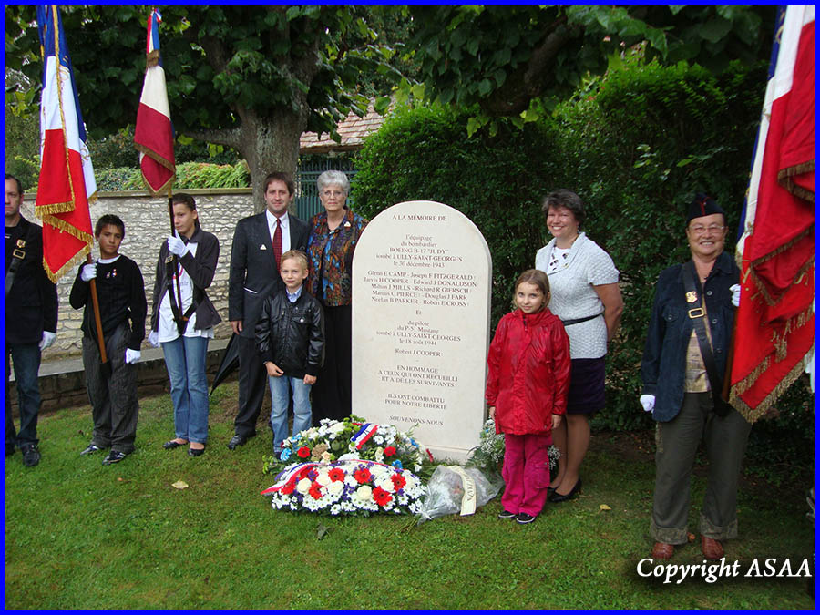 Ully-Saint-Georges - The families of the airmen around the memorial