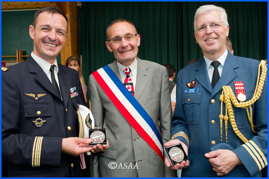 Sacy-le-Grand - Presentation of the commemorative medal to the authorities
